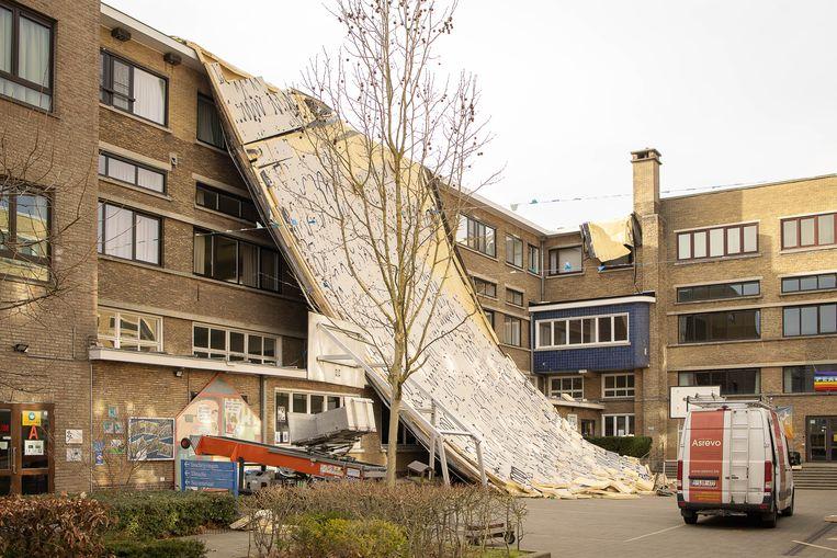 In Roeselare ging het dak van een school even de lucht in. Beeld BELGA
