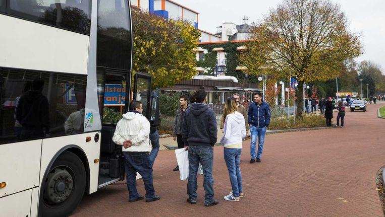 Asielzoekers bij de ingang van het vakantiepark Oranje. Beeld anp