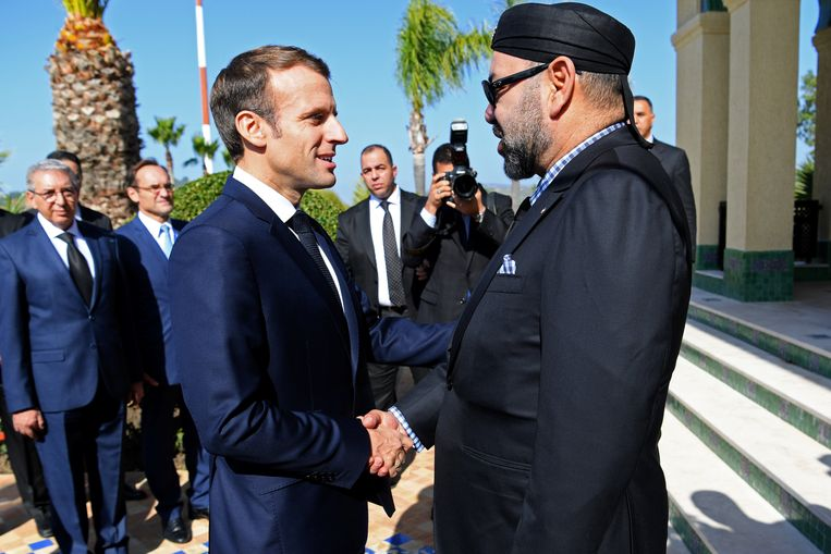 Macron is niet de enige prominente politicus die misschien gehackt is met Pegasus: ook het nummer van de koning van Marokko, Mohamed VI (rechts), staat in de database.  Beeld Reuters