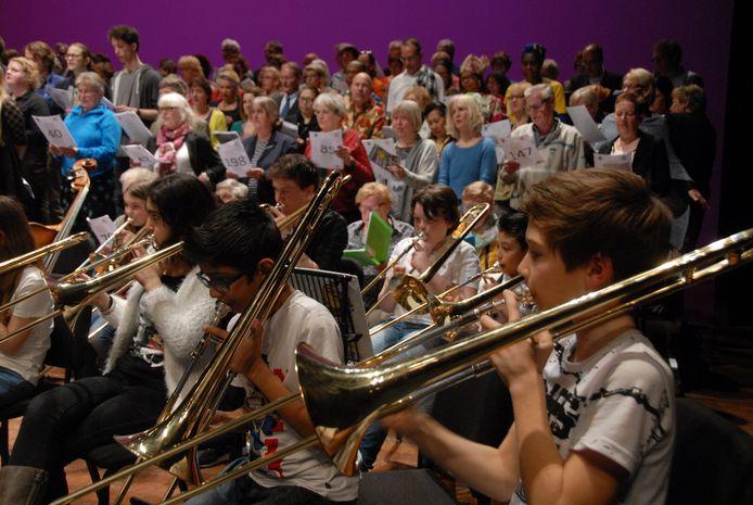 Het podium in de Grote Zaal stond vrijdagavond vol met muzikanten en zangers.