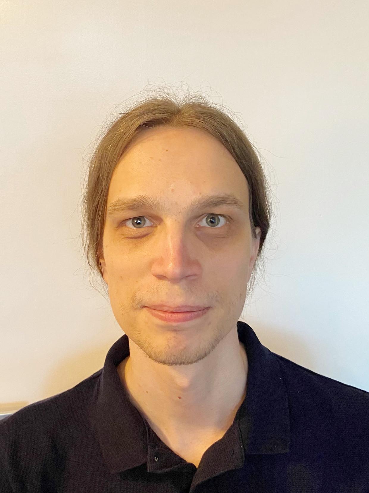 Thijs Alkemade (London, Canada, 18 januari 1990) studeerde wiskunde en informatica aan de Universiteit van Utrecht en behaalde in elk van die vakgebieden een master. Sinds enkele jaren werkt hij met onder anderen Daan Keuper op de onderzoeksafdeling van het bedrijf Computest, waar ze zoeken naar kwetsbaarheden in verschillende applicaties, zoals die voor slimme huishoudelijke apparaten en autosystemen.  Beeld -