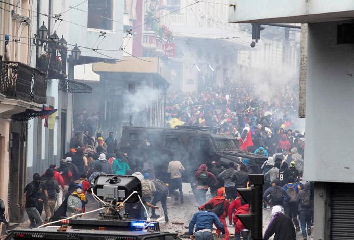 Demonstranten en oproerpolitie raken slaags in de straten van de Ecuadoriaanse hoofdstad Quito.