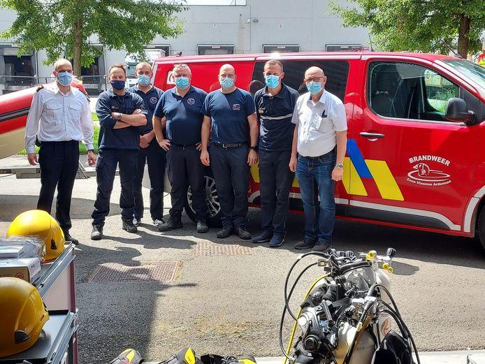 Gemengde groepen van Brandweerzone Vlaamse Ardennen worden sedert afgelopen donderdag ingezet in de noodgebieden. Zonecommandant Peter De Vijlder staat helemaal links op de foto.