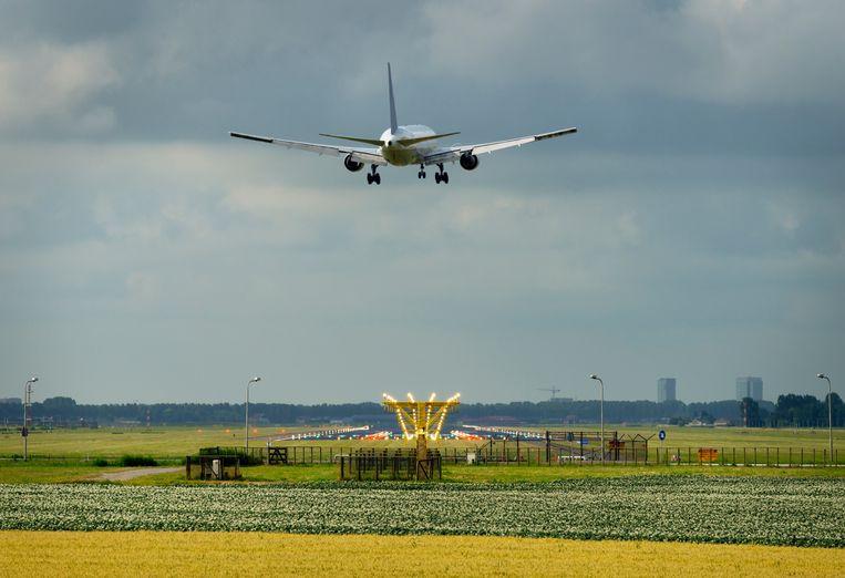 GroenLinks wil dat het vliegverkeer op Schiphol wordt teruggedrongen en dat korte vluchten tot het verleden behoren. Beeld Getty Images/Image Source