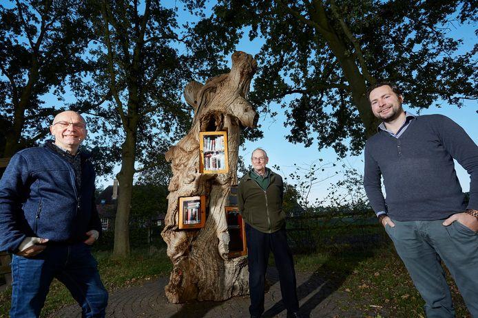 Wim Weenk (links), Evert van de Visger (midden) en Aljoscha Broshuis bij de (B)ruilboom in de buurtschap De Bruil.