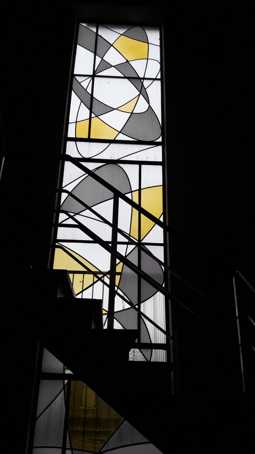 Het glas-in-lood-raam in het voormalige Gelderlanderpand.
