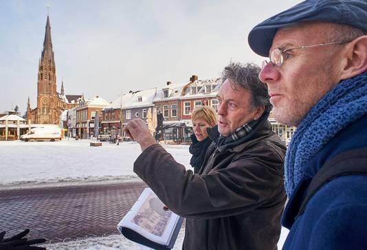 Bernard Vissers (midden) van de Veghelse heemkundekring.