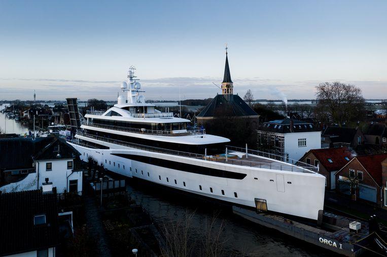 Een superjacht van Feadship, onderweg van Kaageiland naar de haven van Rotterdam, past net op de Zuid-Hollandse kanalen. Beelden van de vaart gingen eerder deze maand de wereld over. Beeld Tom van Oossanen via REUTERS