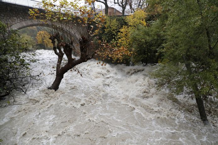 Een rivier treedt buiten haar oevers in Pont-du-loup, nabij Grasse, in Frankrijk.