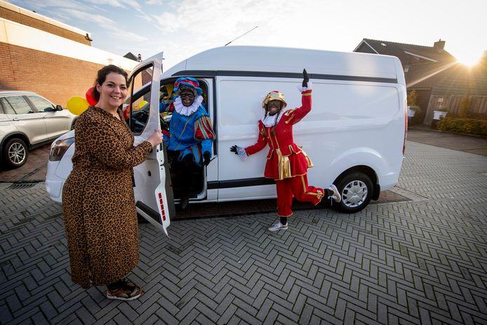 Madelon Kuijk rijdt de komende weken rond in de Achterhoek met Pakjesbus 12 om sinterklaascadeautjes op een leuke manier te bezorgen.