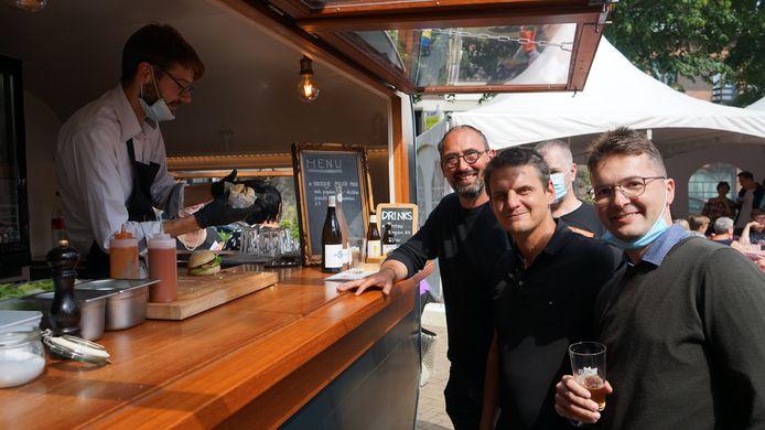 Wim Van Gerwen van de dienst lokale economie, schepen Filip Kegels en marktleider Dries Weekers zijn tevreden met de eerste editie van de Beverse streekmarkt.