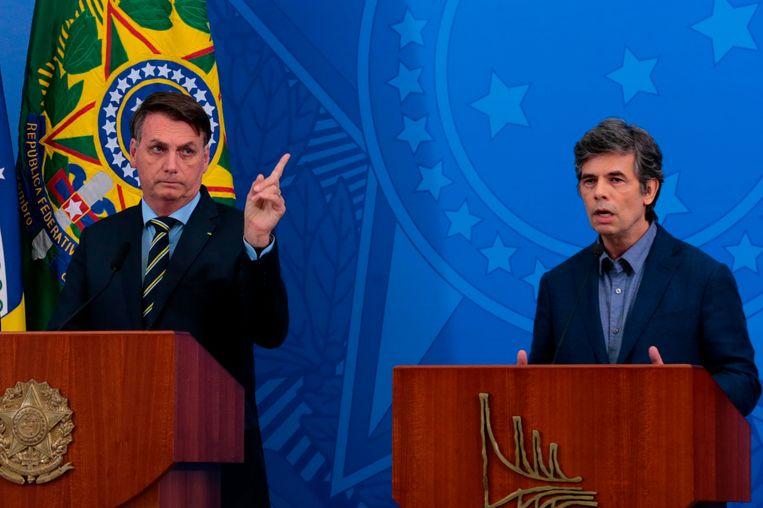De Braziliaanse president Jair Bolsonaro (links) en voormalig minister van Gezondheidszorg Luiz Henrique Mandetta. Beeld AFP