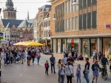 Nijmeegse binnenstad bomvol: gras weer ingeruild voor straatstenen en terrasstoelen