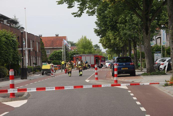 Tien woningen zijn vrijdag ontruimd na een fors gaslek aan de Burgemeester Van Engelenweg in IJsselmuiden. Buren vingen de gedupeerde bewoners op.