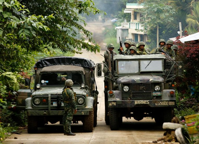 Militairen verzamelen zich in Marawi.  Beeld EPA