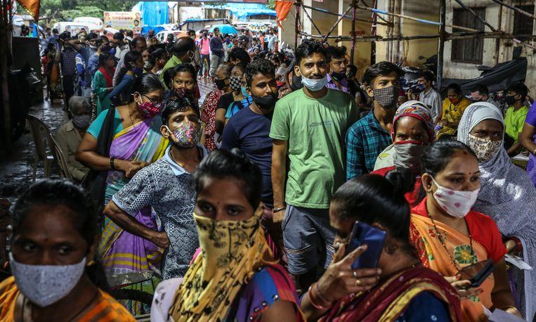 Rijen voor een coronavaccinatie in Mumbai. Beeld EPA