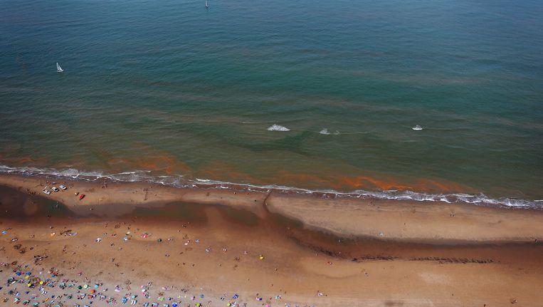 De rode gloed aan de kust ter hoogte van Wassenaar. Beeld anp