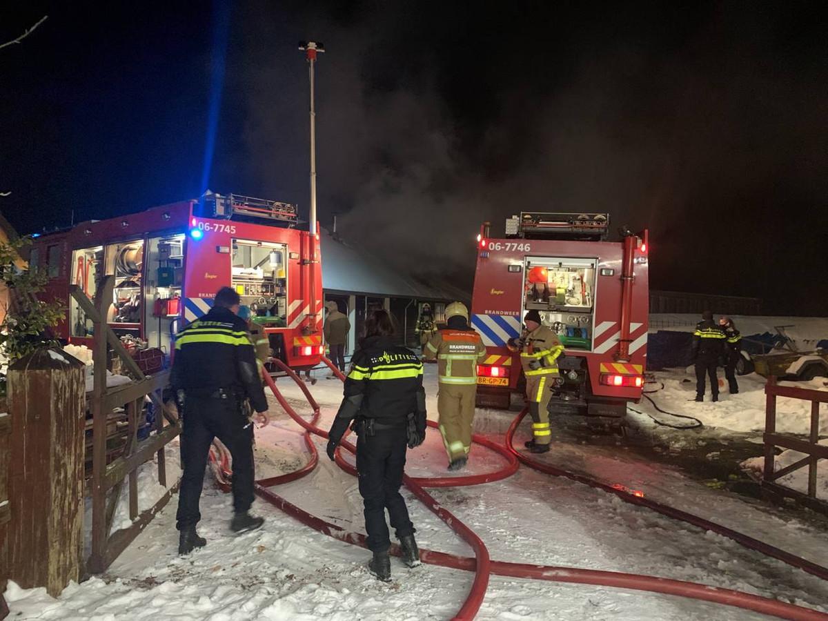 De brandweer bestrijdt het vuur in Klarenbeek