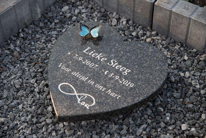 Het bermmonumentje voor Lieke Steeg op de plaats van het ongeval.