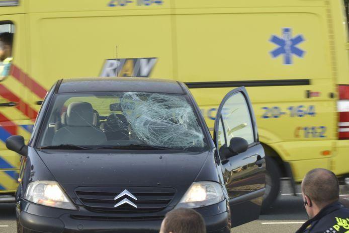 Scooterrijder gewond na botsing met auto in Breda. De autoruit is flink beschadigd.