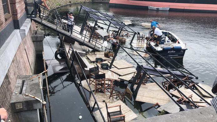 Medewerkers van het horecabedrijf probeerden zoveel mogelijk meubilair te redden.