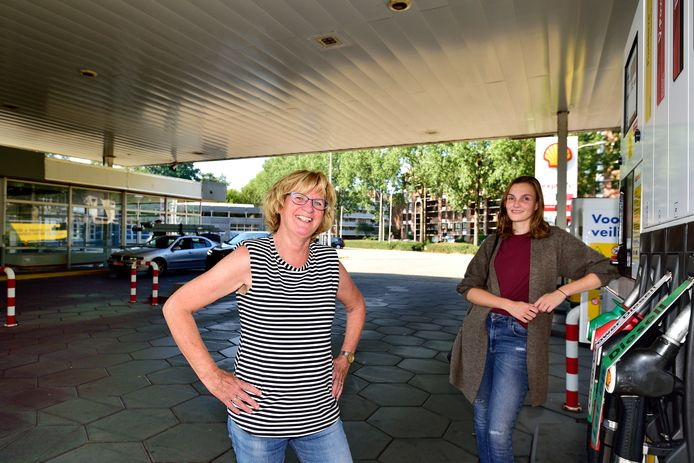 Omwonenden van de voormalige garage van Loon zijn tegen de bouwplannen op deze locatie. Sanne Krutzen ( links ) en Marijke van Oijen. Archieffoto.