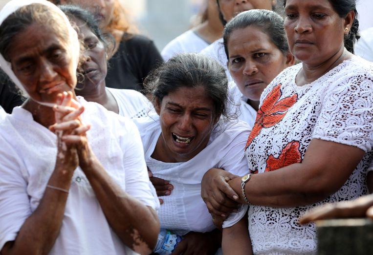De moeder van de 13-jarige Shaini, die werd gedood bij de zelfmoordaanslagen op Sri Lanka, huilt bij haar begrafenis in Negombo.  Beeld Reuters