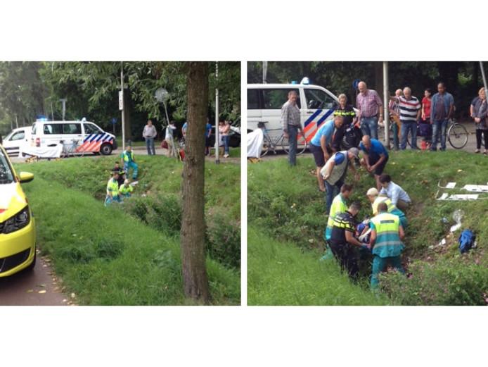 Omstanders hebben geholpen de wielrenner op de brancard uit de sloot te halen