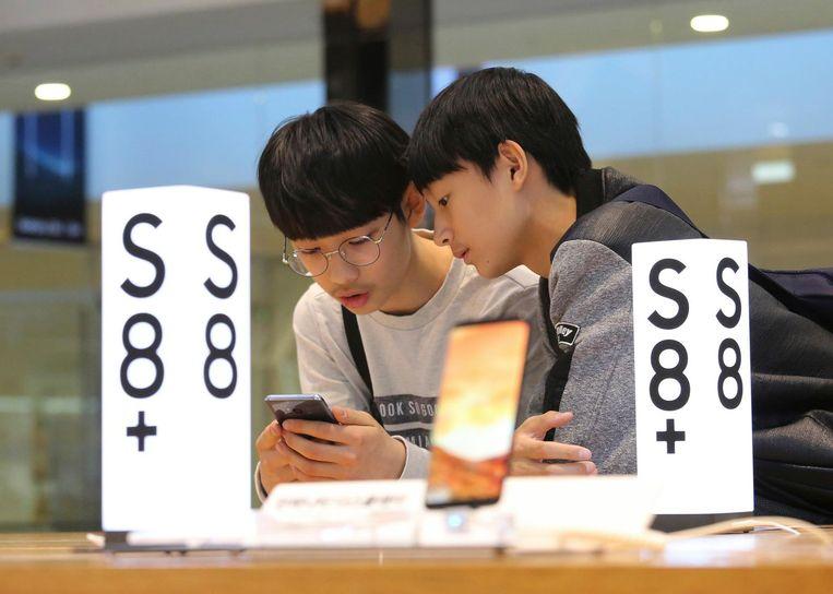 Scholieren proberen de Samsung Galaxy S8 uit. Beeld ap