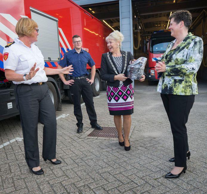 Commissaris van de Koning Ina Adema (rechts) en naast haar burgemeester Marjon de Hoon-Veelenturf van Baarle-Nassau tijdens het werkbezoek aan de brandweerkazerne.