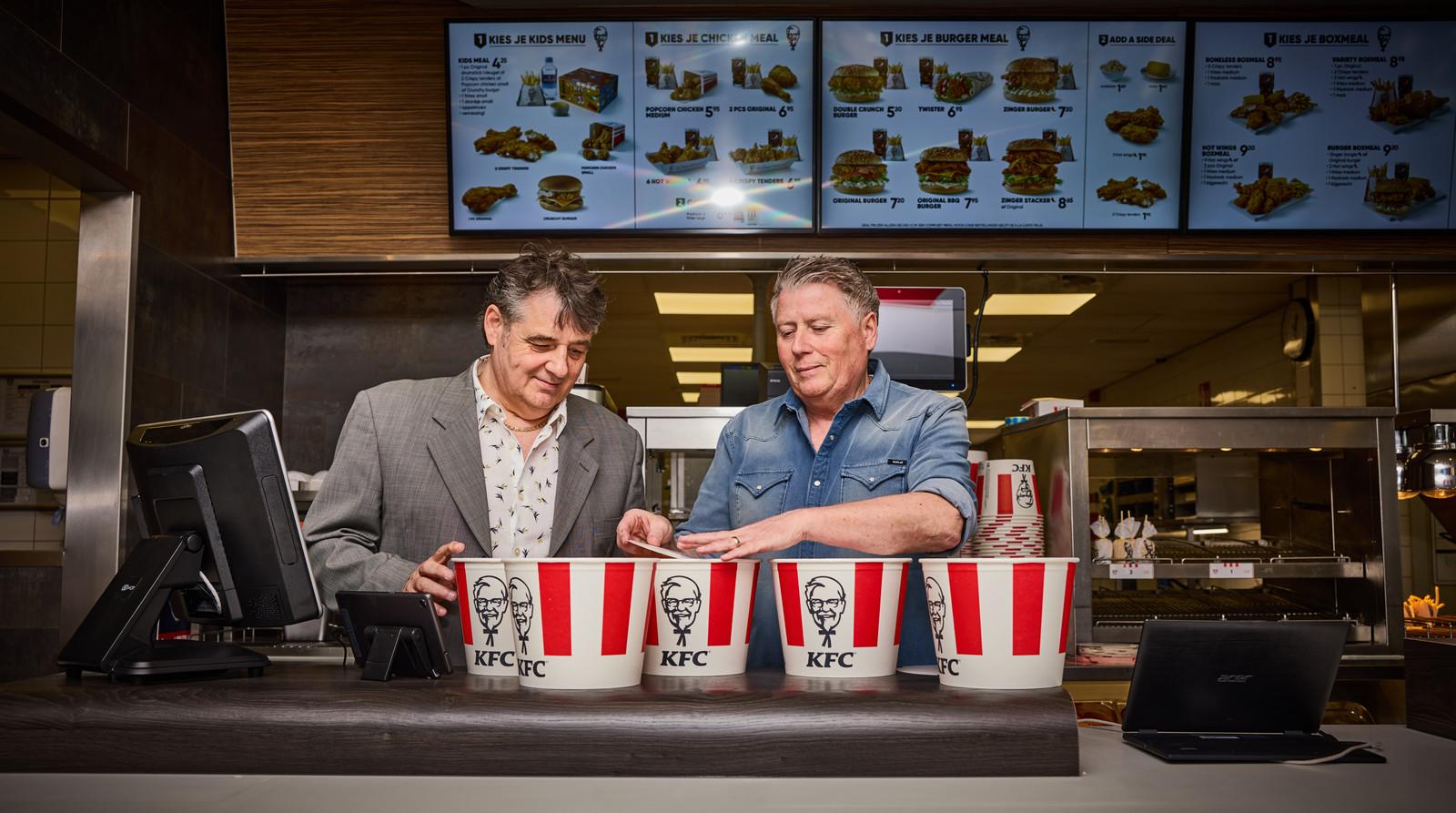 De Nederlandse KFC-grondleggers Ron (links) en Michel de Kok staan voor even weer achter de counter. Net als vroeger.