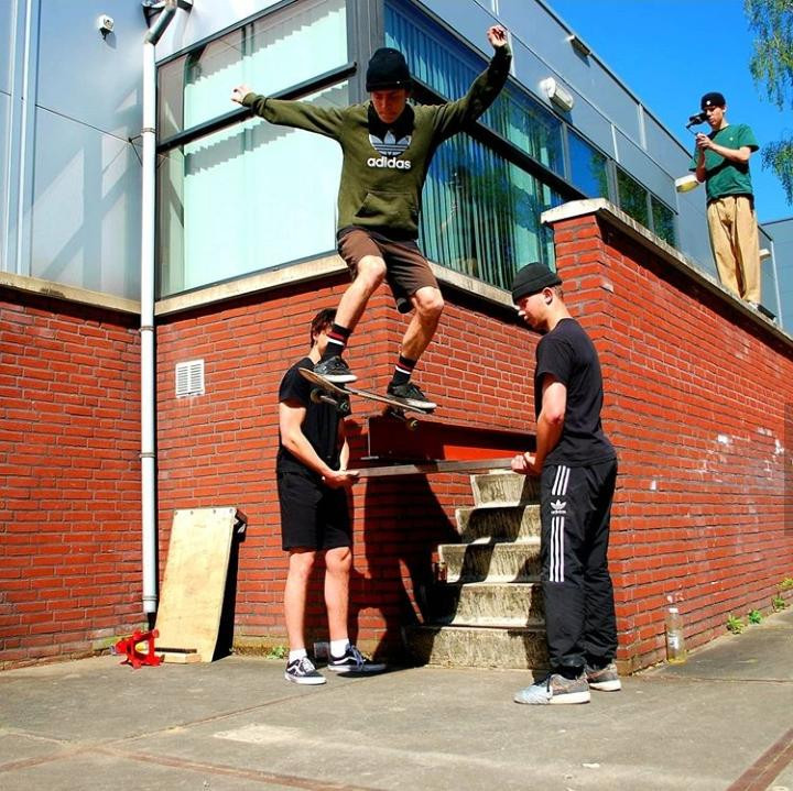 Skaters in Valkenswaard bij de gemeentewerf.