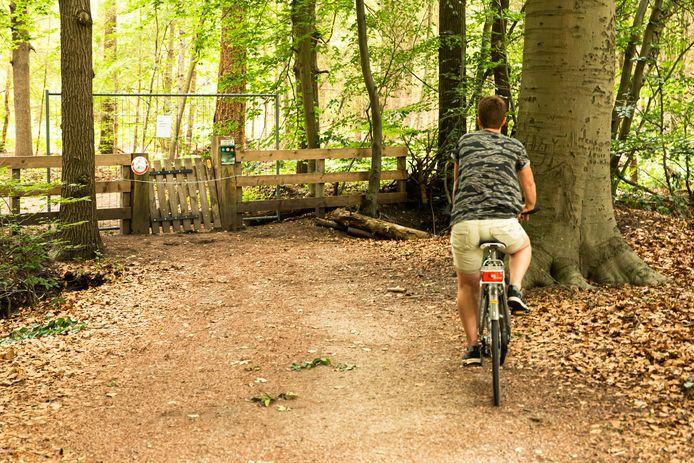 Doorgaande fietsers zijn niet meer welkom in Pijnenburg. Een metalen hek vergrendelt nu de toegang.