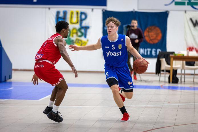 Bob Berghuis van Yoast United in actie tegen Heroes Den Bosch, in het eerste duel van de play-offs. Dat wonnen de Bemmelse basketballers zaterdag, maar dinsdag ging het mis in de return in Den Bosch.