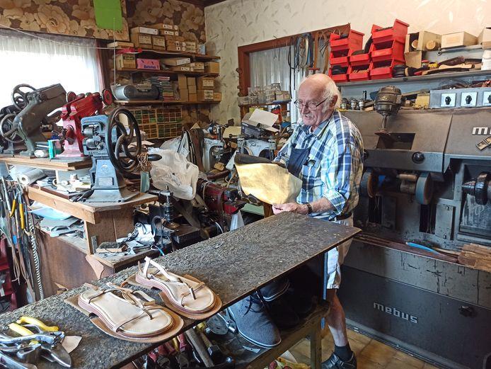 Joseph in zijn atelier.