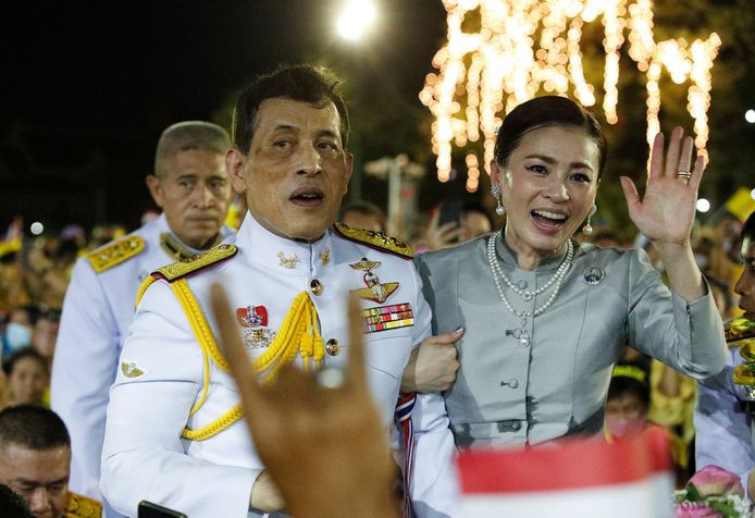 De Thaise koning Maha Vajiralongkorn Bodindradebayavarangkun, ook bekend als koning Rama X, met z'n vrouw, koningin Suthida Tidjai.