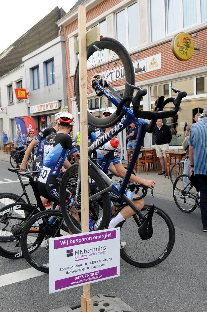 Robby Meul hangt de fiets spreekwoordelijk aan de haak.