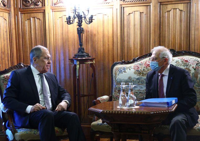Hoge vertegenwoordiger van het Europees buitenlands beleid Josep Borrell ontmoet de Russische buitenlandminister Sergej Lavrov (links). Beeld EPA
