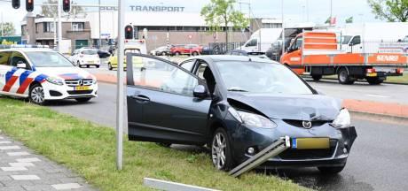 Auto's botsen tegen elkaar in Almelo