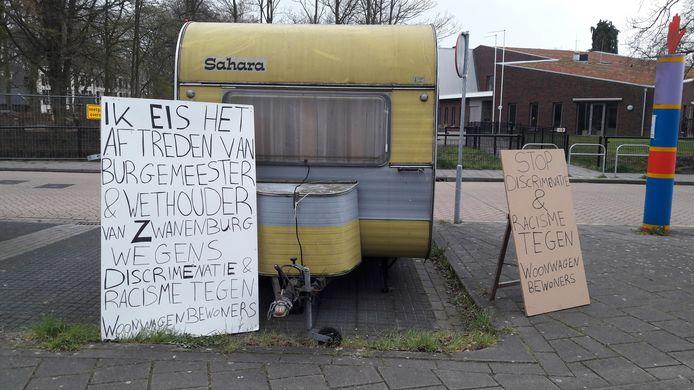 Woonwagenbewoners Jan en Kobus van Engelen hebben hun protestcaravan zondagmiddag geparkeerd voor de woning van wethouder Pieter van Zwanenburg van Hof van Twente.