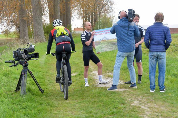 De bijna verdwenen kasseien aan de Knolweg in Clinge zijn geliefd bij fietsers. Dat bevestigde een onbekende fietser die zich niets aantrok van het interview dat plaatsvond voor de overhandiging van de petitie. Initiatiefnemers en wielrenners Bram de Vrind (midden) en Rens Muller kregen veel aandacht voor hun petitie.