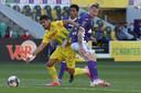 Nantes-middenvelder Ludovic Blas glipt voorbij Issiaga Sylla.