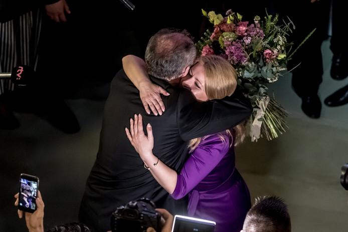 De huidige president Andrej Kiska feliciteert Zuzana Caputova met de overwinning.