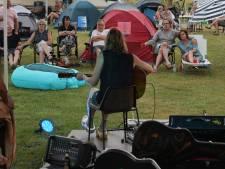 Campingblues: op je klapstoel voor je tent samen genieten van muziek en het leven