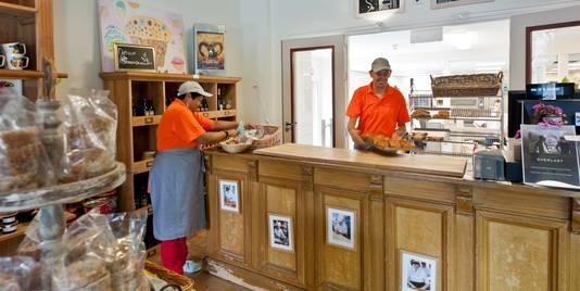 Peter Hellemons rechts en Jossie Pieters  druk in de weer in de winkel van bakkerij Antoon & Frans.
