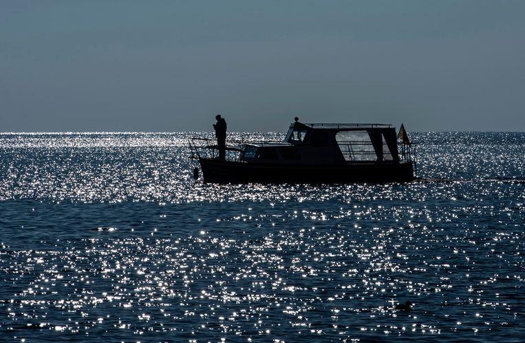 Een koude en zonnige dag op het Meer van Ohrid, tussen Albanië en Macedonië. Beeld EPA