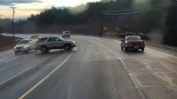 Ongelofelijk: auto begint te slippen maar raakt geen enkele andere wagen