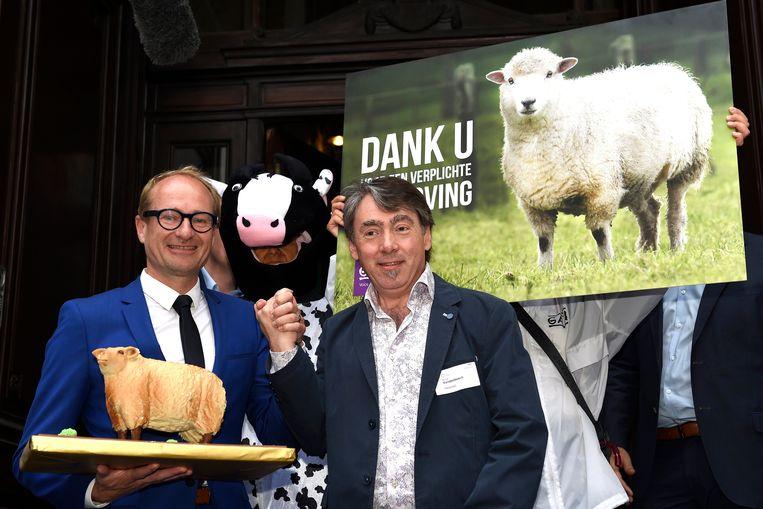 Beeld van een actie van dierenrechtenorganisatie Gaia vorig jaar naar aanleiding van de stemming van het verbod op onverdoofd slachten in het Vlaams Parlement, in aanwezigheid van onder meer Vlaams minister Ben Weyts. Beeld Photo News