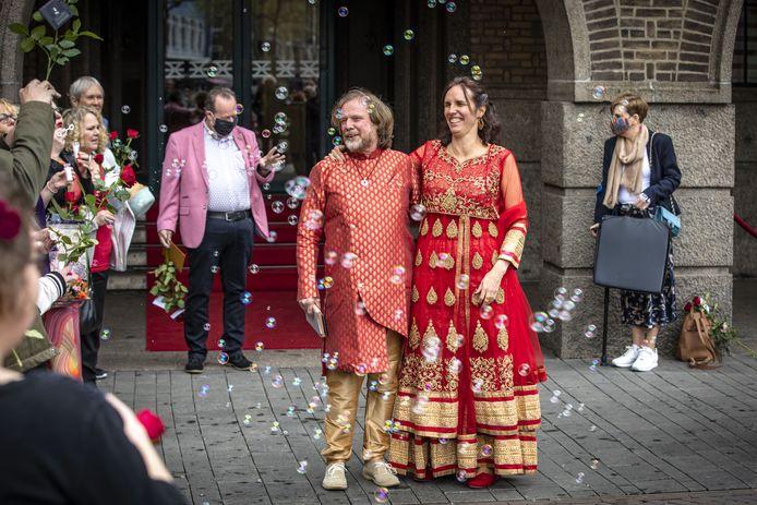 Henk en Lizan Zonneveld voor het stadhuis in Enschede, net nadat ze getrouwd zijn.
