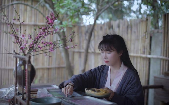 Het YouTubekanaal van 'silent vlogger' Li Ziqi heeft 15 miljoen abonnees.